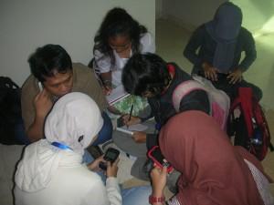 Sejumlah wartawan saat sedang melakukan transkrip hasil wawancara narasumber di Kantor KPK. (Foto: Kandi)