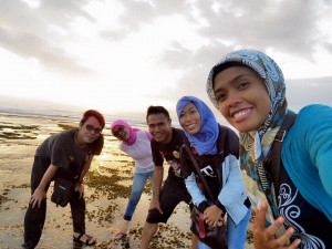 Ki-Ka: suami saya Rheza, saya, adik saya Putra, sepupu saya Miera, sepupu saya Imey, menjelang senja di Pantai Lakey, 28 Agustus 2015. (Kandi)