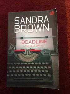 Novel Deadline karya Sandra Brown. (Foot: Kandi)