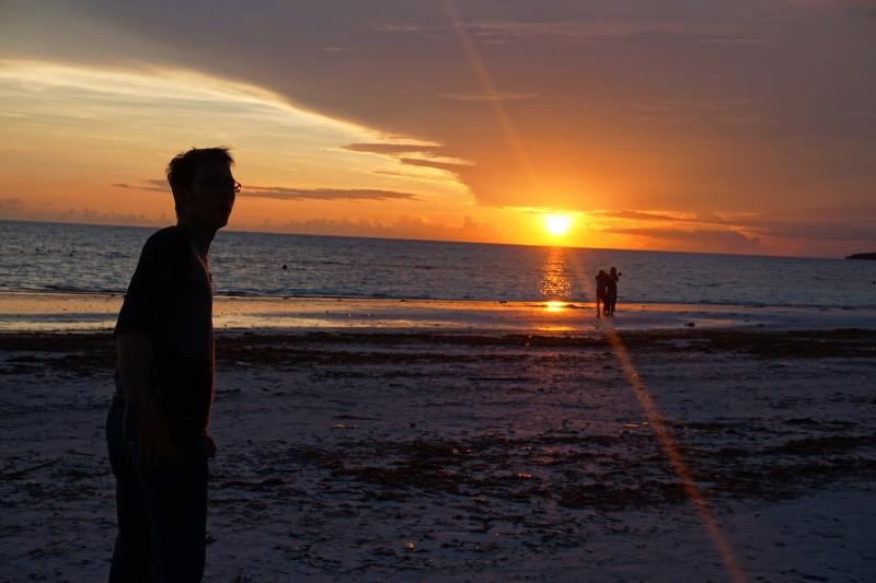 Matahari terbenam di Tanjung Bira. (Foto: Kandi)