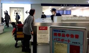 Seorang turis asal Indonesia di Bandara Haneda, Tokyo.