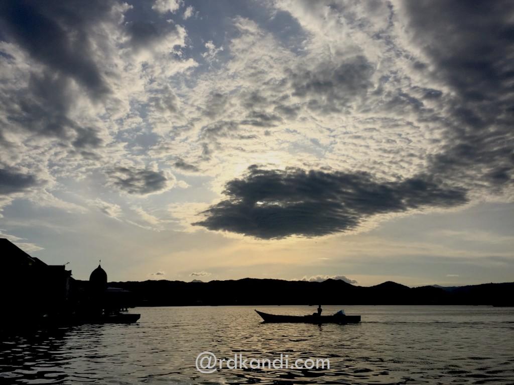 Beberapa saat sebelum matahari tenggelam di Pelabuhan Sape, Bima, NTB.