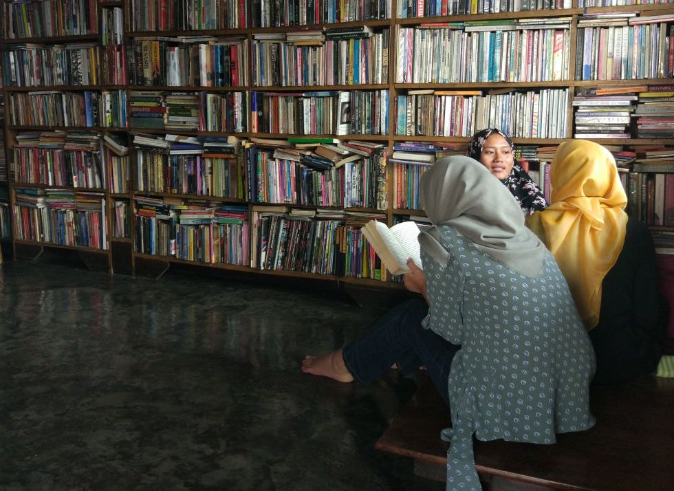 Pembaca bebas menghabiskan waktu di Perpustakaan Batu Api, dengan jam operasional Senin-Sabtu jam 10.00-18.00 WIB.