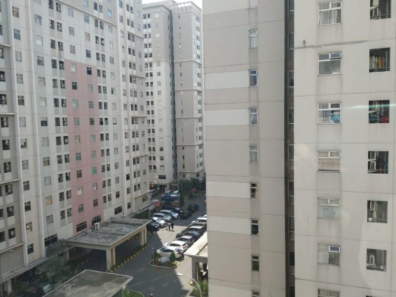 Apartemen Kalibata City terlihat dari jendela kamar.
